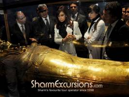 People around Tutankhamun's coffin